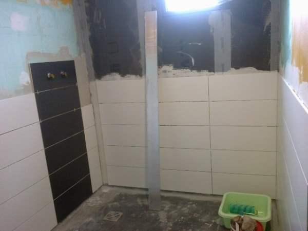 Faïence-couleur-foncée-pour-bandeau-vertical-douche